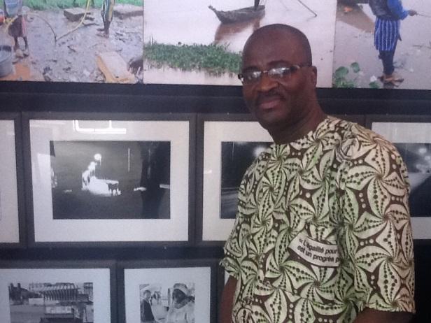 PH Zoumana S./MINGA dans une galerie d'expo photos du CFP.